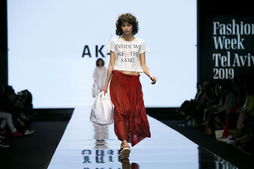"""""""אמא שלי היתה אישה חזקה. לא סתם היא השאירה לי את שמה"""". התצוגה של המותג AKAL בשבוע האופנה (צילום: אלון פרס)"""