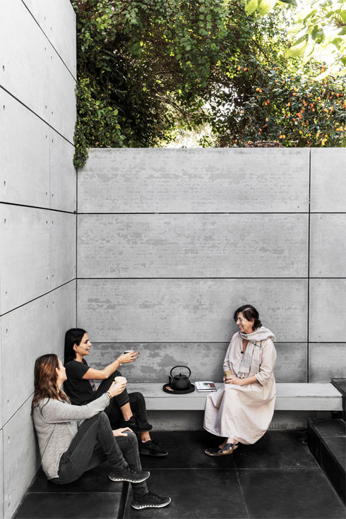 אביטל סבג (מימין) עם האדריכלית מלי דנאי וידידה (צילום: איתי בנית)