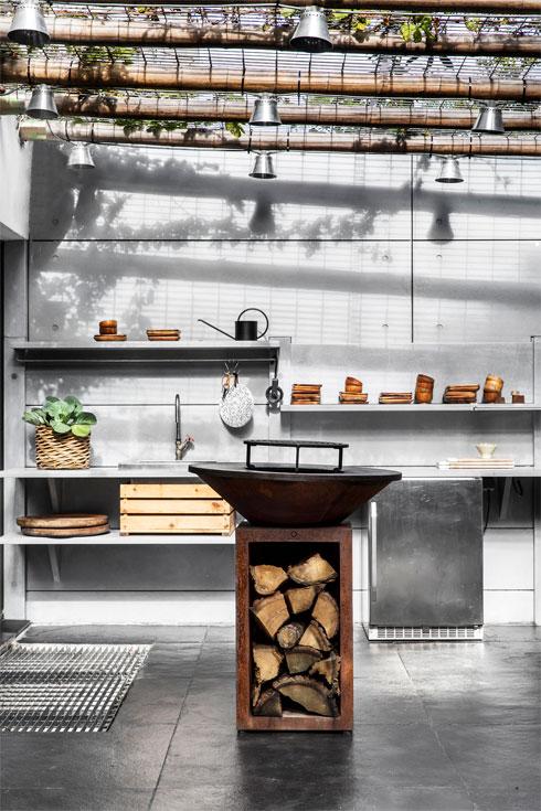 מטבח חוץ עם ציוד בישול מגוון (צילום: איתי בנית)