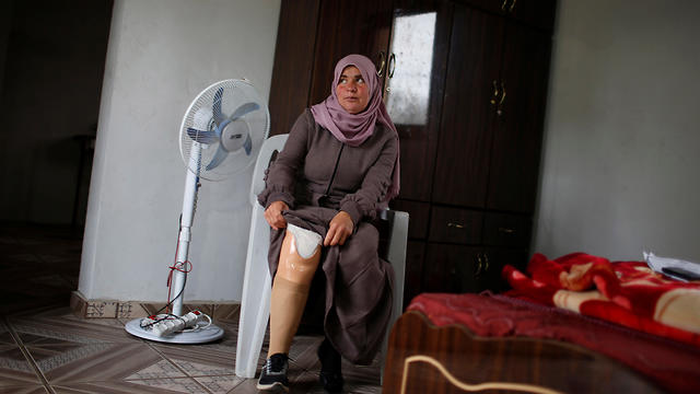 Nazeeha Qudieh, 38, who, according to medics, lost her right leg after she was shot by the IDF during a protest at the Israel-Gaza border (Photo: Reuters)