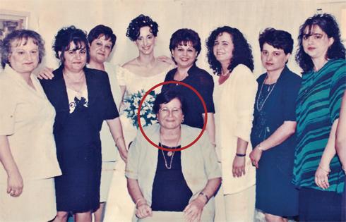 """עאידה (שלישית מימין) ואחיותיה, אמא אלכסנדרה יושבת במרכז, בחתונת אחייניתן. """"היא תמכה בי מאוד במחלתו ואחרי מותו של בן זוגי"""" (צילום: אלבום משפחתי)"""