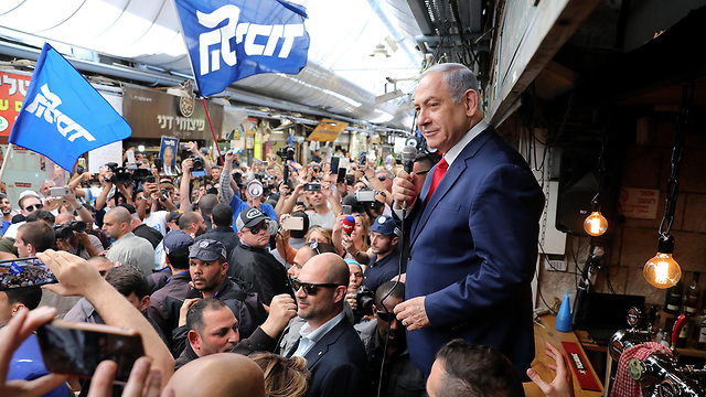 Netanyahu visitng a market in Jeruslaem Monday (Photo: EPA)