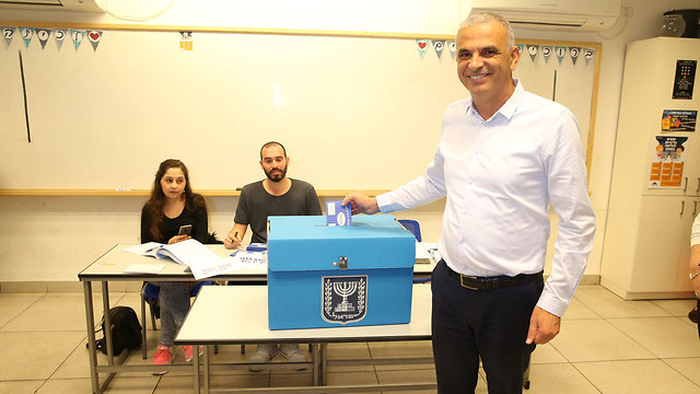 Moshe Kahlon voting in Haifa in the 2019 elections