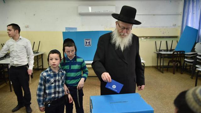 ליצמן מצביע בירושלים (צילום: יואב דודקביץ')