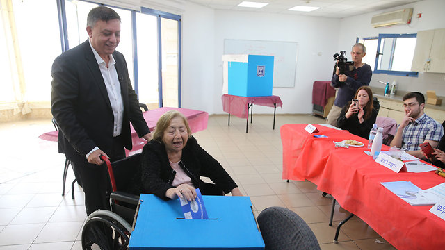 Avi Gabbay with his mother (Photo: Amit Shaabi )