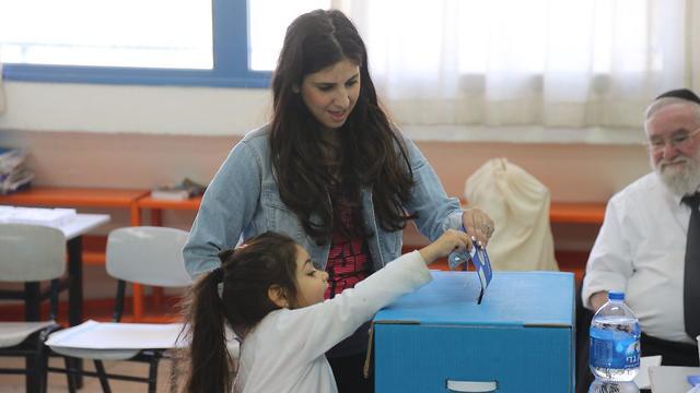 מתחילים להצביע בתל אביב (צילום: מוטי קמחי)