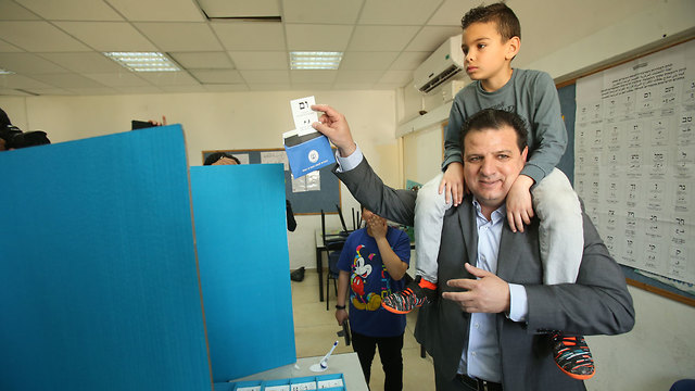 Айман Уда  голосует. Фото: Эльад Гершгорн