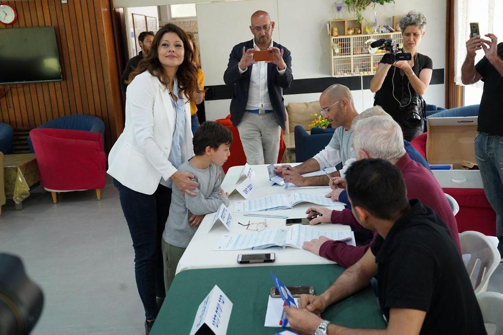 Орли Леви, глава партии Гешер, голосует в Бейт-Шеане. Фото: Эфи Шарир
