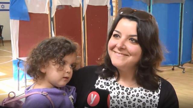 Anat Koren and her daughter (Photo: Eli Mandelbaum)