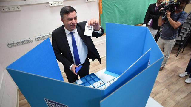 Labor Party leader Avi Gabbay voting (Photo: Yuval Chen)