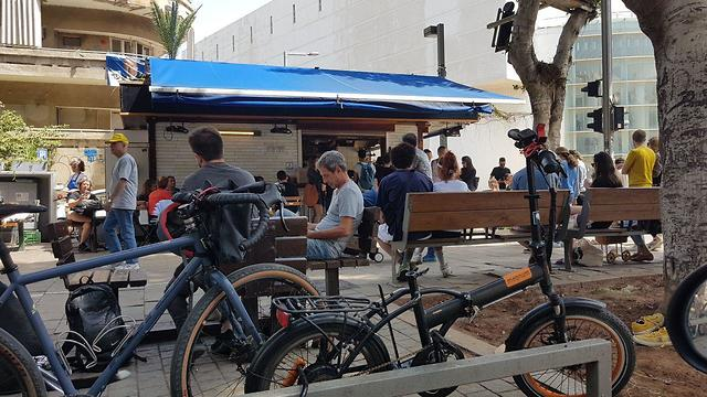Переполненные кафетерии в Тель-Авиве. Фото: Асаф Кемер