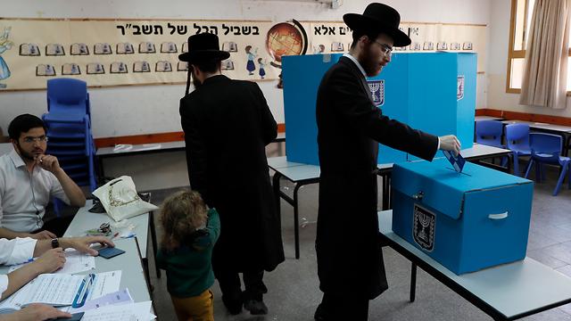 Haredim cast votes (Photo: EPA)