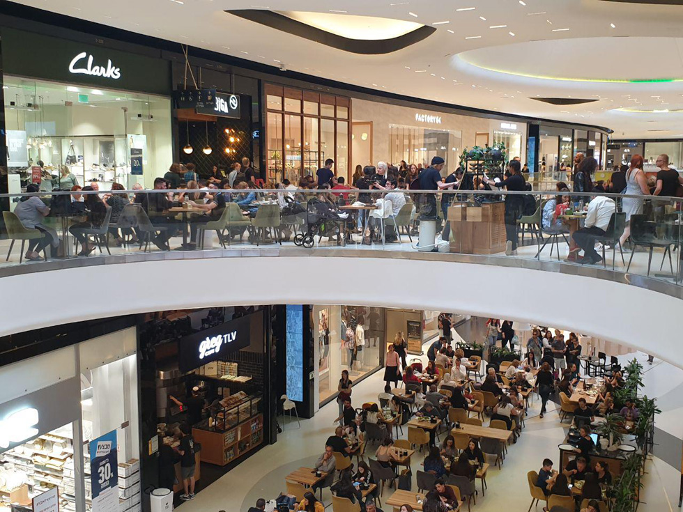 Тельавивцы в торговом центре. Фото: Ноа Лави