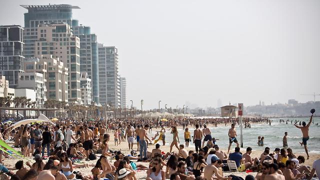 נופש בחוף בבחירות (צילום: רויטרס)
