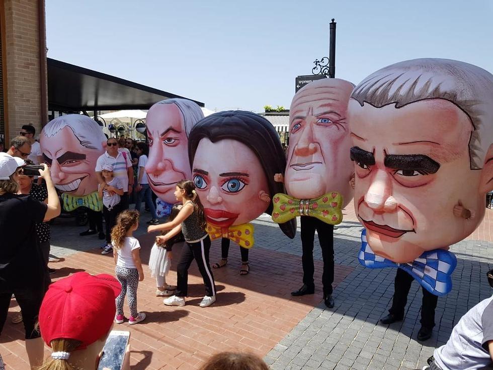 Куклы политиков на пляже в Хадере. Фото: Рафи Нахоси
