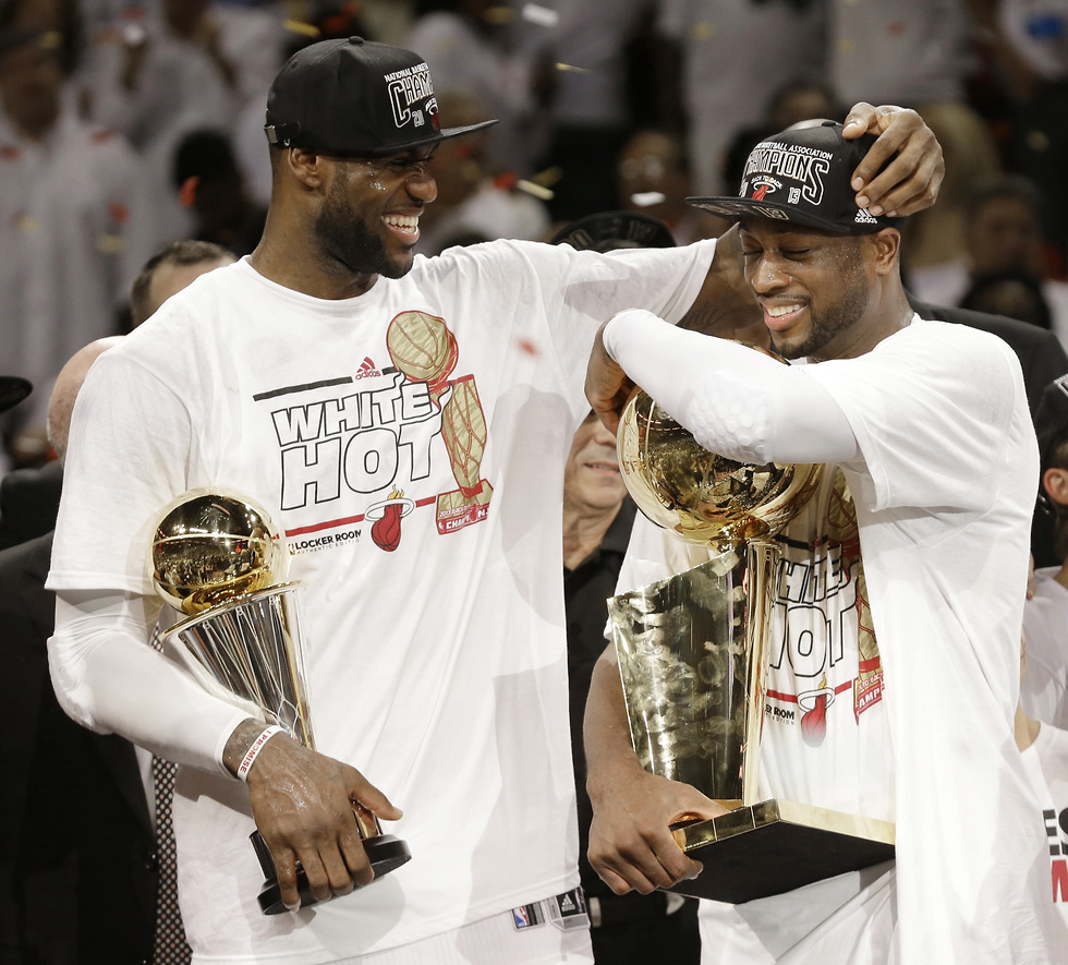 דוויין ווייד ולברון חוגגים אליפות במיאמי (צילום: AP)