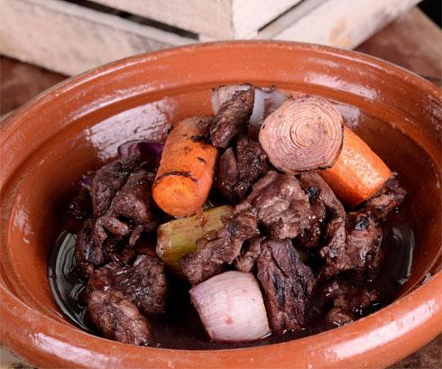 קדרת כבש בטחינה ועשבי תיבול בתוספת אורז עם פירות יבשים (צילום: יפית בשבקין)