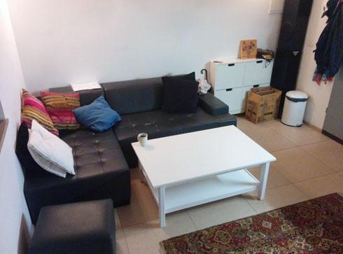 הסלון לפני הלבשת הדירה (צילום: שי אליעזר צבי)
