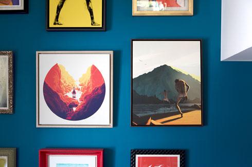 על הקיר: בעיקר הדפסים ואיורים (צילום: שירן כרמל)