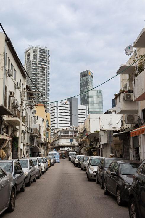 הרחוב. נוף לגגות הישנים של דרום תל אביב, לצד המגדלים החדשים של רוטשילד (צילום: שירן כרמל)