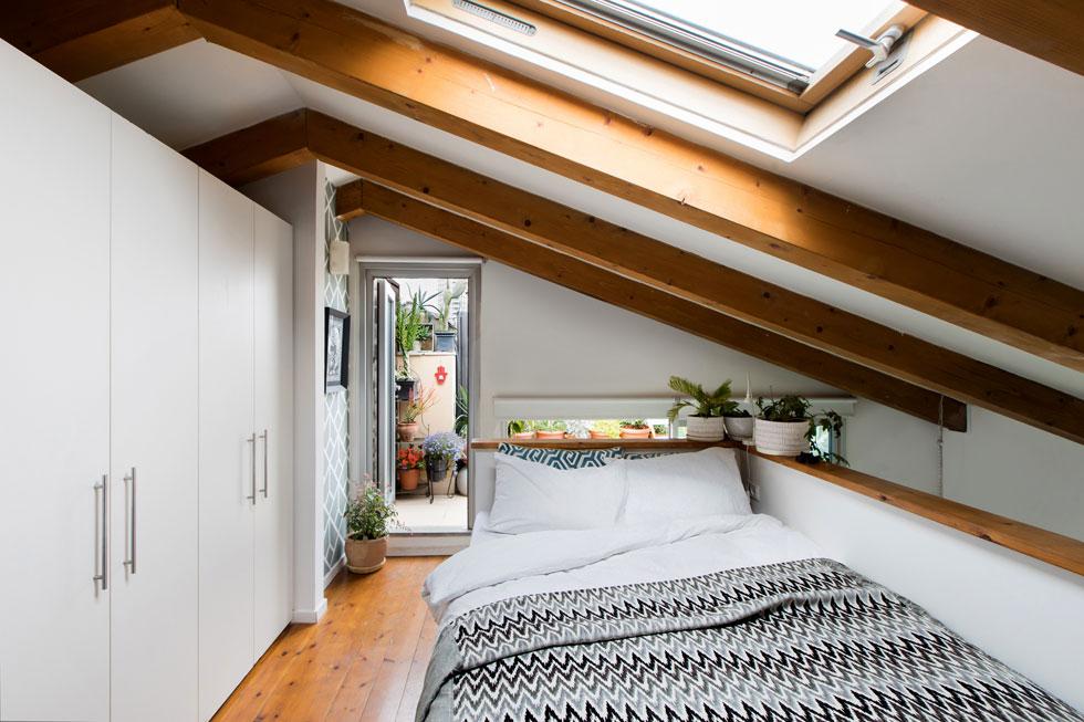 תחושה של צימר, בזכות הגג המשופע, קורות העץ והיציאה למרפסת (צילום: שירן כרמל)