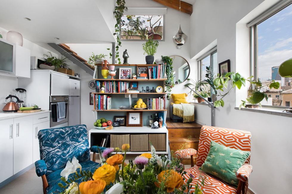 הוא מאמין שעציצים, אמנות ופריטים אהובים יוצרים תחושה של בית, גם בדירה שכורה. ''אמנות טובה נמצאת מכל עבר, רק לא בבתים של אנשים'' (צילום: שירן כרמל)