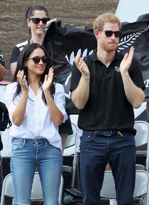 מייגן מרקל והנסיך הארי ב-2017. נאלצה לשנות לגמרי את סגנון חייה ואת המלתחה שלה, אשר כללה לעיתים גם ג'ינסים או חליפות טוקסידו (צילום: GettyimagesIL)