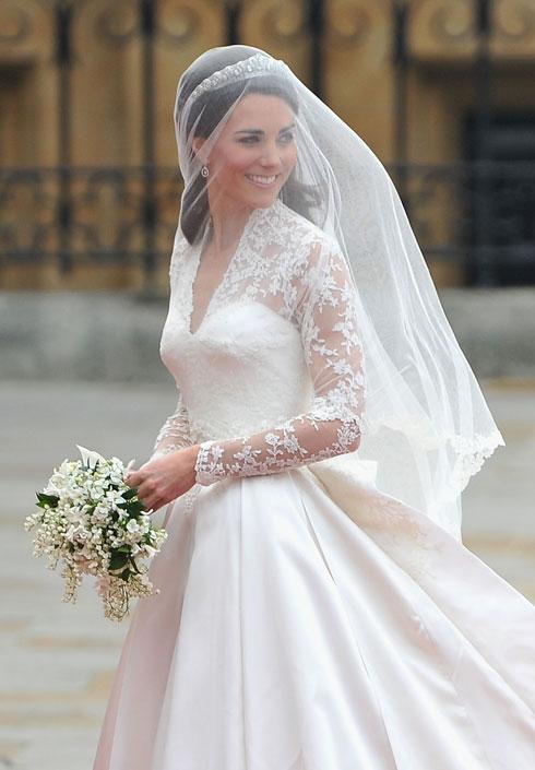 קייט מידלון בחתונתה ב-2011. נעזרת במעצבים ומותגים בריטיים, כגון שרה ברטון, מעצבת בית אלכסנדר מקווין, שתפרה עבורה את שמלת החתונה (צילום: GettyimagesIL)