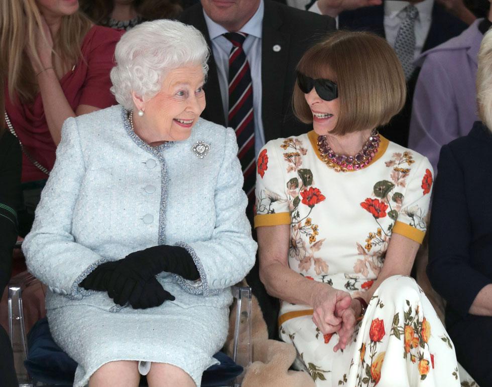 ההבזקים של צלמי הפפראצי נצנצו כתמיד מול מי שישבה בשורה הראשונה לפני התצוגה לקיץ 2018 של המעצב הבריטי הצעיר, ריצ'רד קווין. אך הפעם הצלמים לא צילמו את אנה ווינטור אלא את האורחת הבלתי צפויה שישבה לידה, המלכה אליזבת השנייה (צילום: GettyimagesIL)
