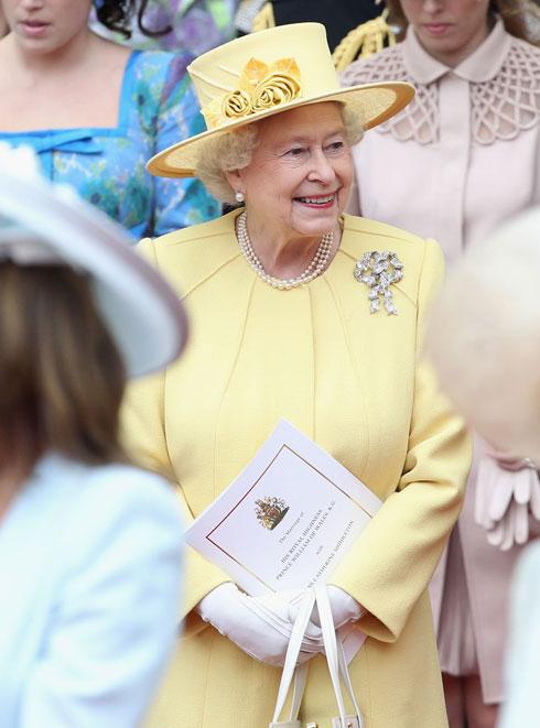 החליפה הצהובה מחתונתם של וויליאם וקייט בעיצובה של אנג'לה קלי, האחראית על מלתחת המלכה כבר 16 שנה (צילום: GettyimagesIL)