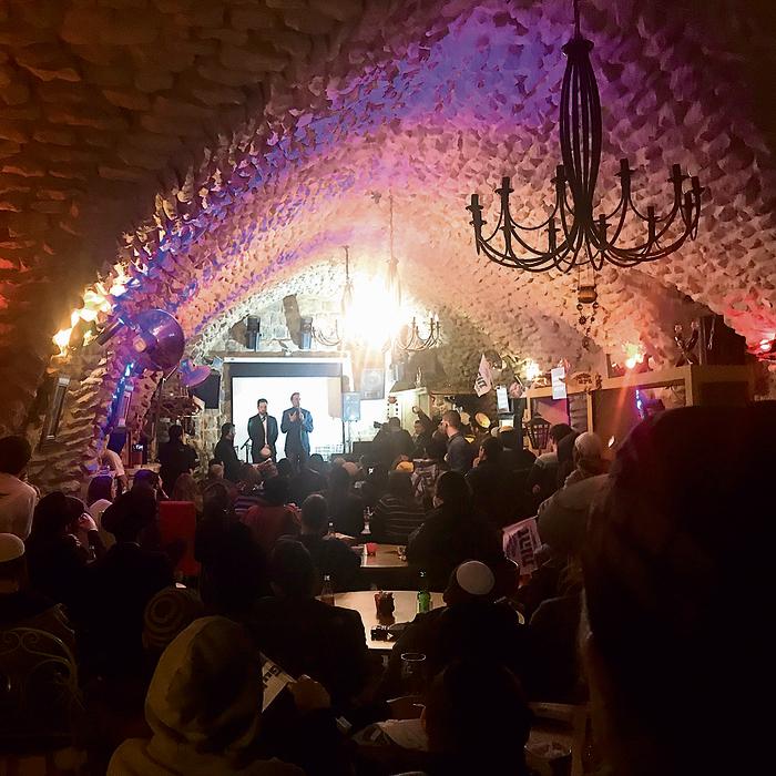 בכנס פעילים במערה בצפת. כשפייגלין עולה לבמה, הקהל בקרחנה