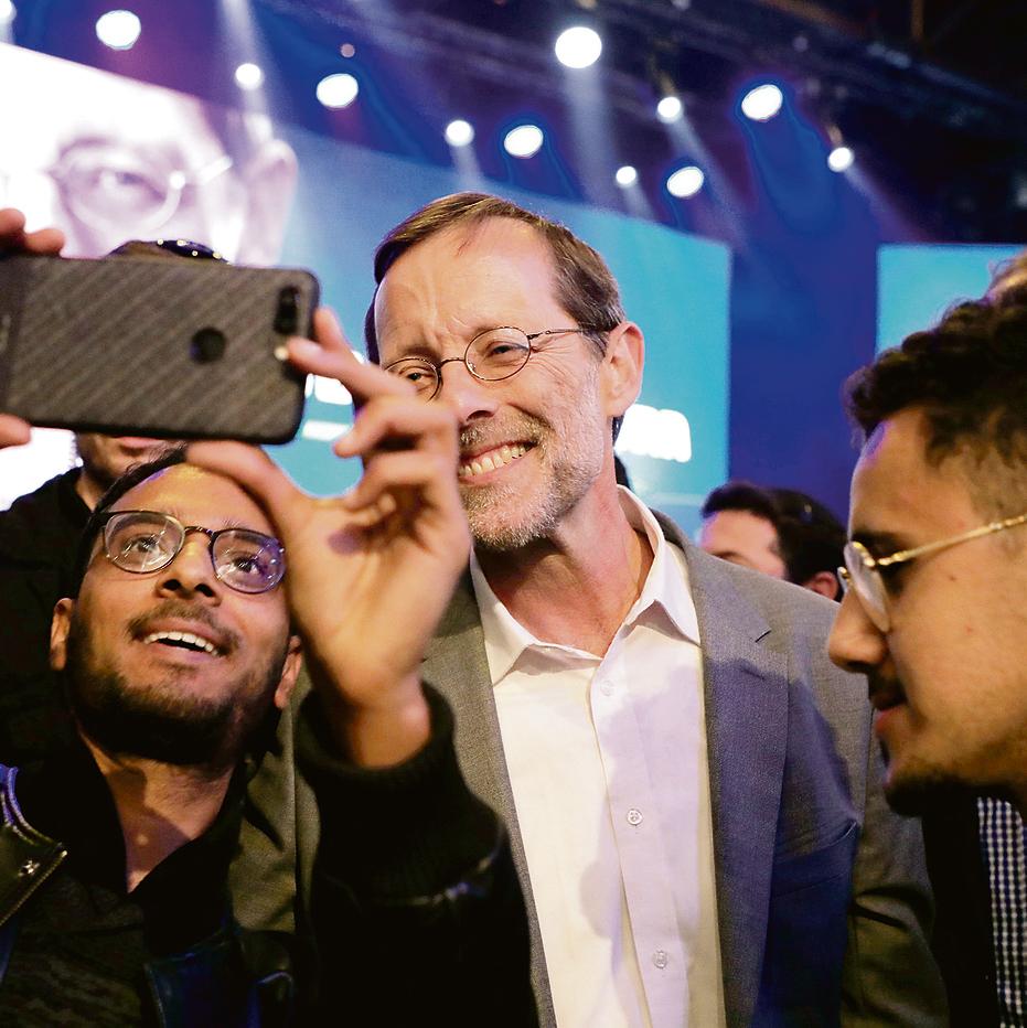 """עם אוהדיו בכנס בהאנגר 11 בתל־אביב. התקבל בקריאות """"ראש הממשלה הבא"""""""