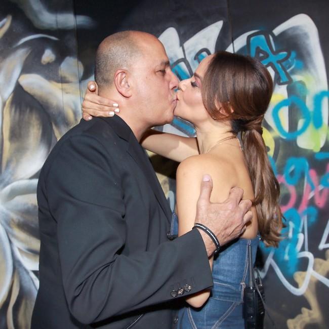 חותמים בנשיקה. אירית רחמים ועמוס לוזון (צילום: ענת מוסברג)