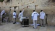 Очистка Стены плача к Песаху. Фото: Фонд наследия Стены плача