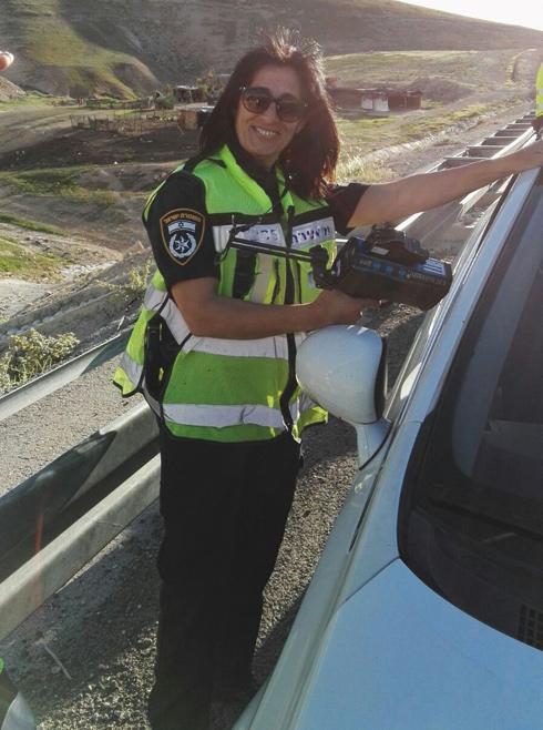 """רוחמה בשטח. """"להיות שוטרת תנועה זו שליחות. לא מגיעים לעבודה בשביל לתת דוחות, אלא כדי להציל חיים"""" (צילום: אלבום פרטי)"""