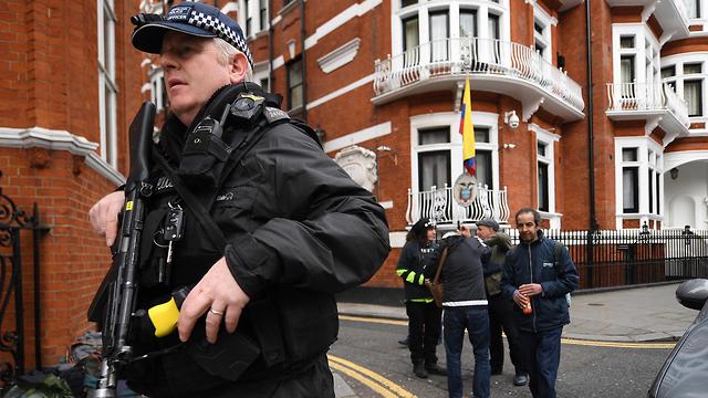 British police arrives at Ecuadorean embassy  (Photo: EPA)