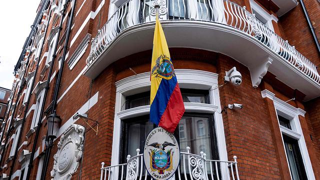 משטרת בריטניה בשגרירות אקוודור בלונדון (צילום: AFP)