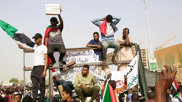 הפיכה צבאית סודן דיווחים על סילוק הרודן עומאר אל באשיר (צילום: EPA)