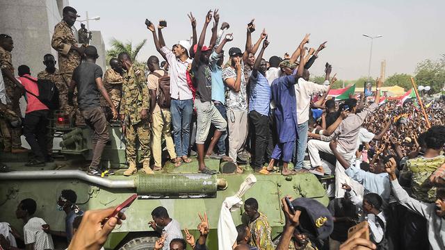 הפיכה צבאית סודן דיווחים על סילוק הרודן עומאר אל באשיר (צילום: AFP)