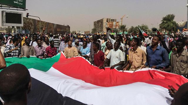 הפיכה צבאית סודן דיווחים על סילוק הרודן עומאר אל באשיר (צילום: AP)