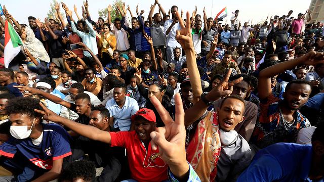 הפיכה צבאית סודן דיווחים על סילוק הרודן עומאר אל באשיר (צילום: רויטרס)
