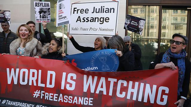 הפגנת תומכי ג'וליאן אסאנג' מייסד ויקיליקס מול בית משפט ב לונדון אחרי מעצרו ב שגרירות אקוודור (צילום: gettyimages)
