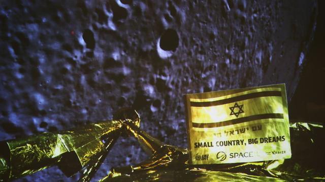"""Последнее селфи: космический аппарат """"Берешит"""" снял себя перед посадкой на Луну. Фото с экрана в ЦУПе: Моти Кимхи (Photo: SpaceIL/IAI)"""