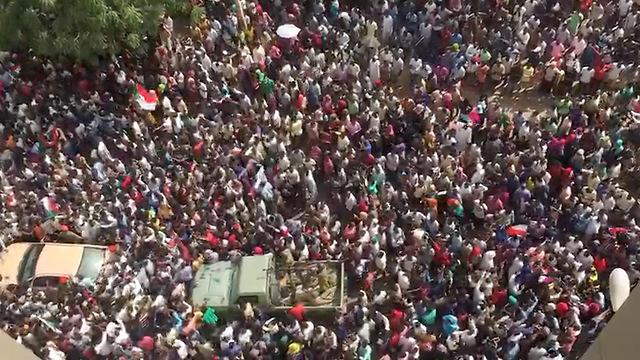 מפגינים נגד משטר צבאי הפיכה צבאית הדחת עומאר אל-באשיר סודן (צילום: רויטרס)