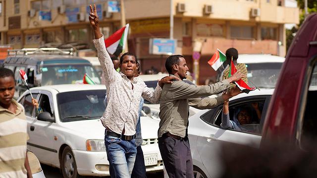 מפגינים נגד משטר צבאי הפיכה צבאית הדחת עומאר אל-באשיר סודן (צילום: EPA)