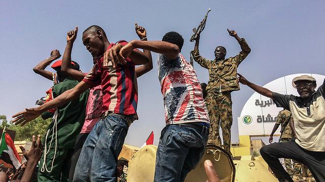 מפגינים נגד משטר צבאי הפיכה צבאית הדחת עומאר אל-באשיר סודן (צילום: AP)