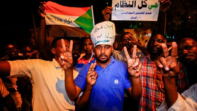 מפגינים נגד משטר צבאי הפיכה צבאית הדחת עומאר אל-באשיר סודן (צילום: AFP)