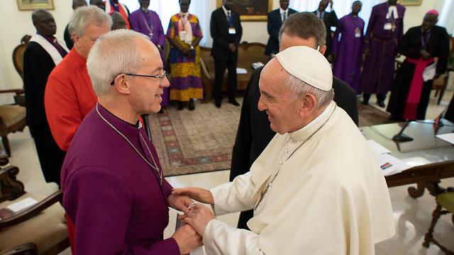 האפיפיור מנשק את רגלי מנהיגי דרום סודן (צילום: AFP)