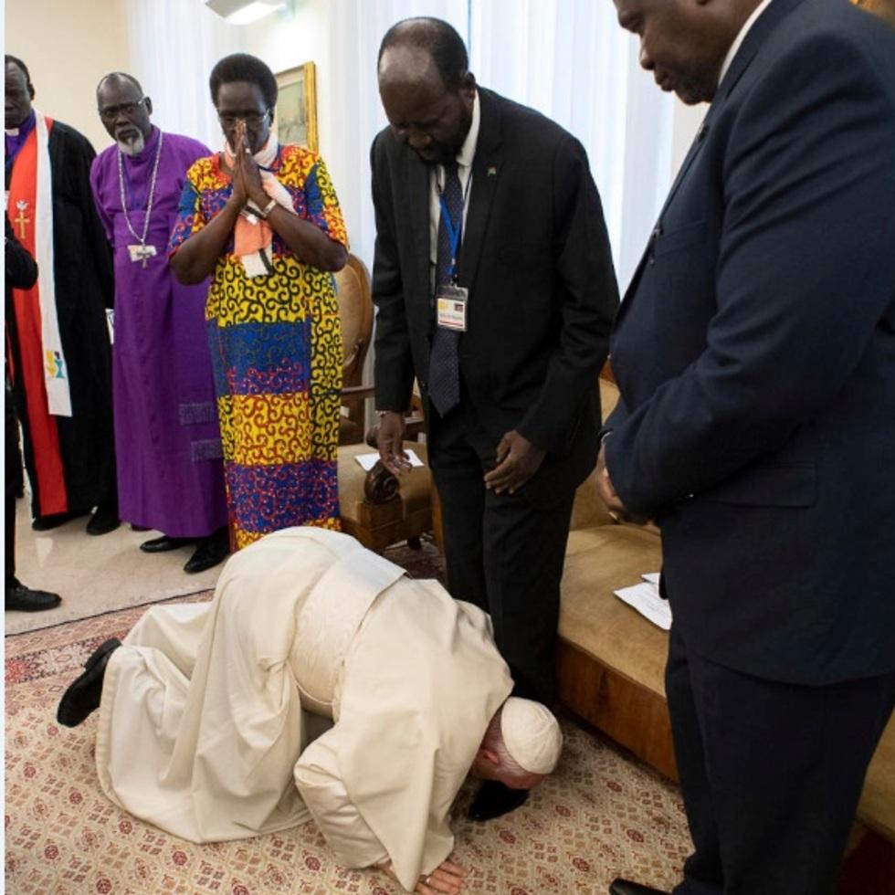 האפיפיור מנשק את רגלי מנהיגי דרום סודן (צילום: AP)