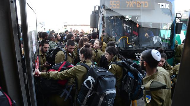Автобусы берут штурмом. Фото: Герцль Йосеф